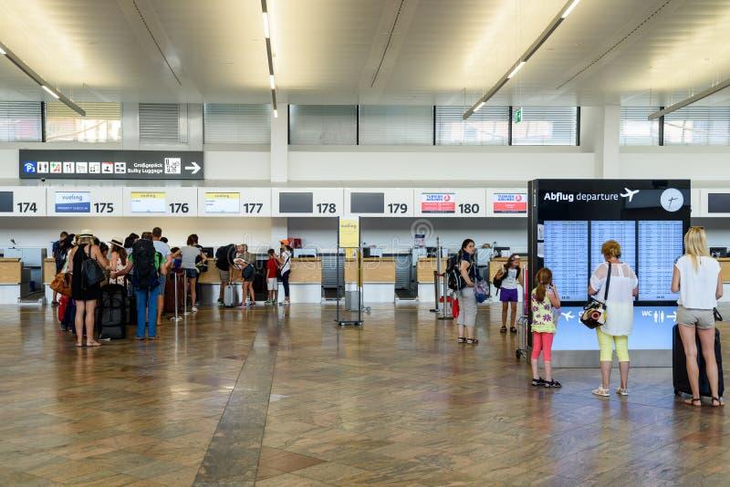 Ludzie Chodzi Wśrodku Terminal Wiedeń lotnisko międzynarodowe zdjęcia royalty free