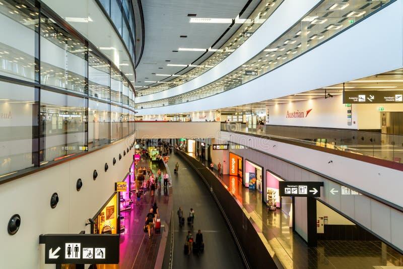 Ludzie Chodzi Wśrodku Terminal Wiedeń lotnisko międzynarodowe obrazy stock