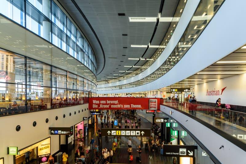 Ludzie Chodzi Wśrodku Terminal Wiedeń lotnisko międzynarodowe fotografia stock
