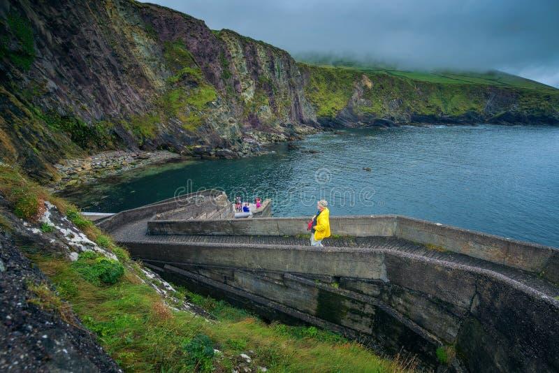 Ludzie chodzi w dół Dunquin molo w Irlandia zdjęcie stock