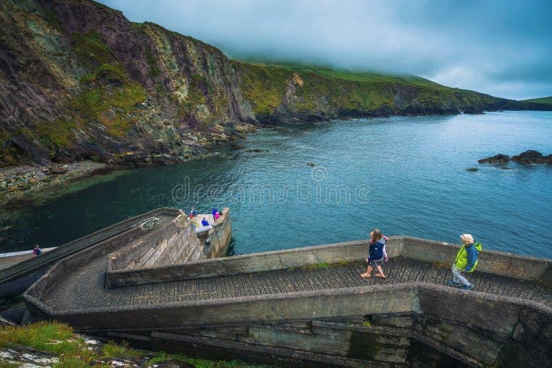 Ludzie chodzi w dół Dunquin molo w Irlandia zdjęcie royalty free