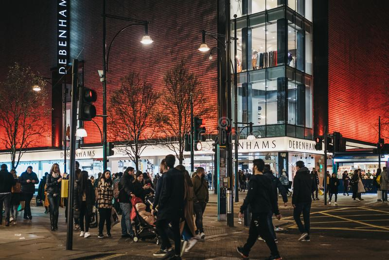 Ludzie chodzi w frontowym Debenhams sklepie na Oxford Street, Londyn, UK, w wieczór zdjęcia royalty free