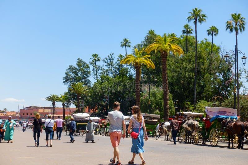 Ludzie Chodzi W kierunku Jema el Fna Obciosują w Marrakech zdjęcia royalty free