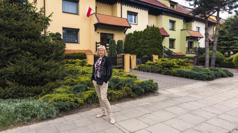 Ludzie chodzi w Leszczyńskim Polska Mieszkaniowy kompleks fotografia stock