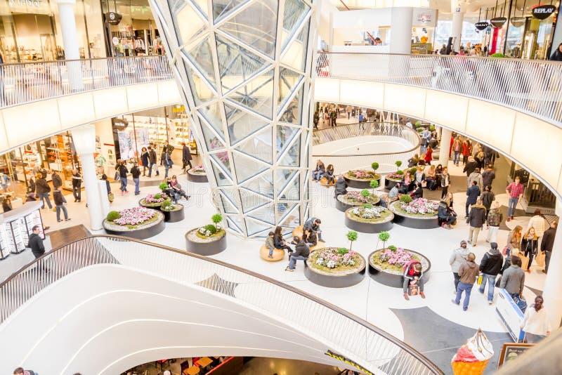 Ludzie chodzi w MyZeil zakupy centrum handlowym w Frankfurt obraz stock