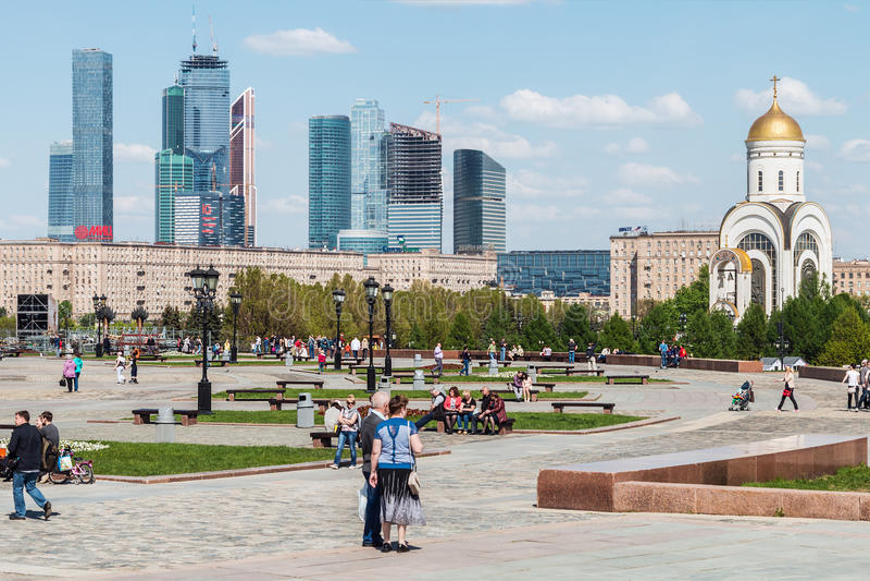 Ludzie chodzi w parku zwycięstwo w Moskwa zdjęcia royalty free