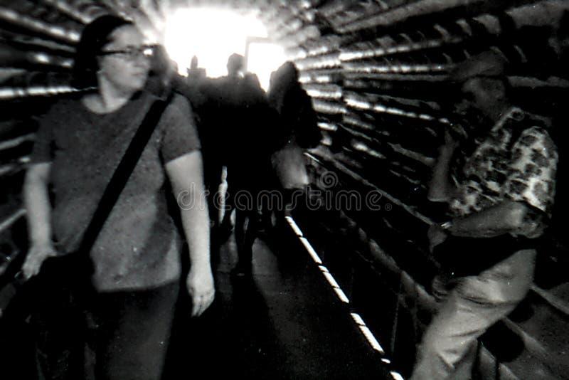 Ludzie chodzi w tunelu Kolońska katedra zdjęcie royalty free