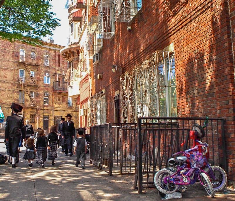 Ludzie chodzi w ulicie w Williamsburg w Nowy Jork Nowy Jork, Stany Zjednoczone - zdjęcie royalty free