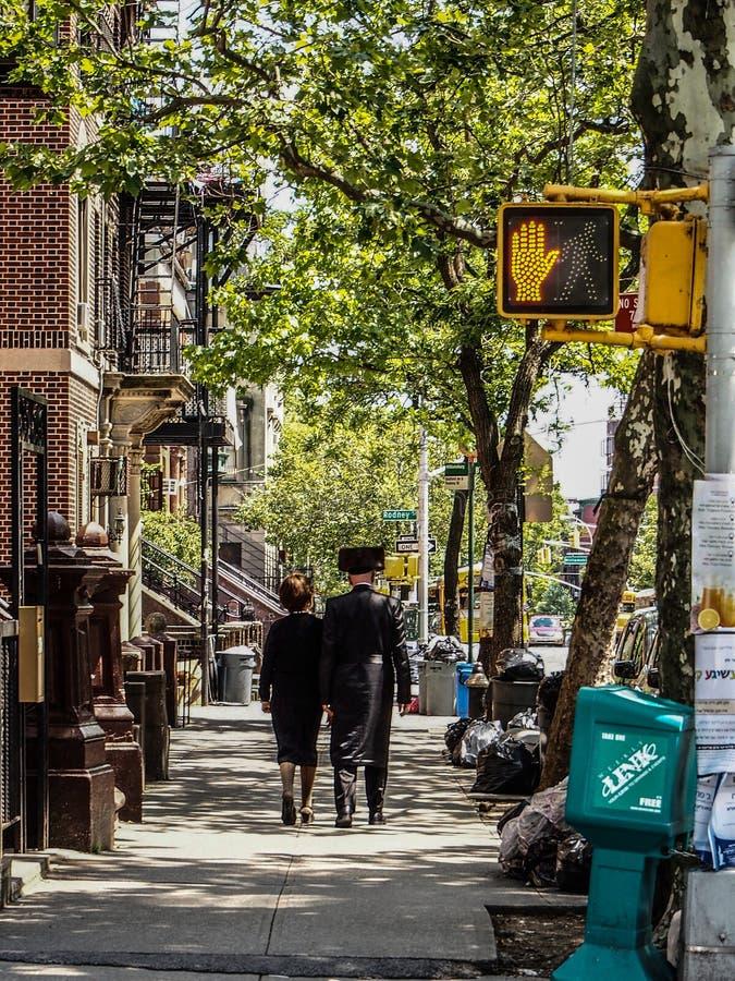 Ludzie chodzi w Williamsburg w Nowy Jork Nowy Jork, Stany Zjednoczone - obrazy royalty free