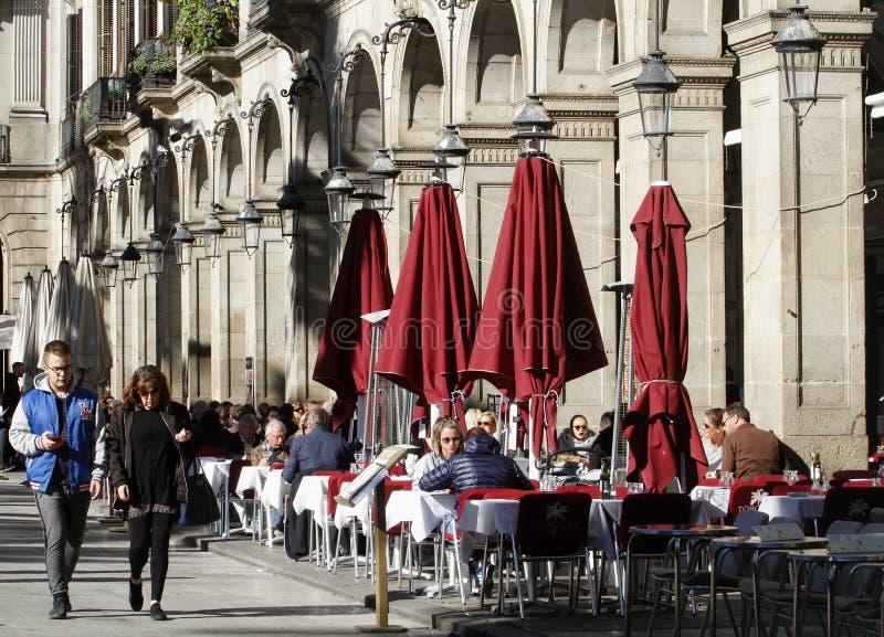 Ludzie chodzi wokoło królewskiego kwadrata barceelona obrazy royalty free