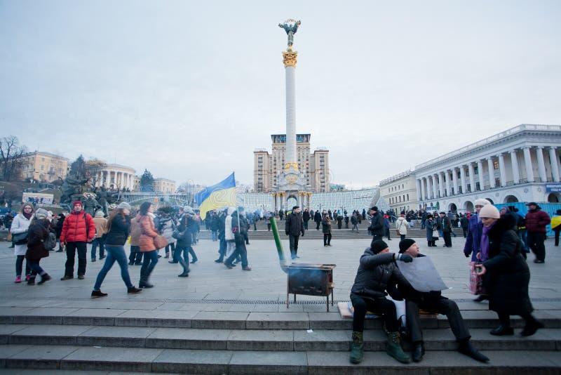 Ludzie chodzi wokoło mroźnej zajmuje ulicy podczas antyrządowego protestacyjnego Euromaidan w Kijów, Ukraina. zdjęcie stock