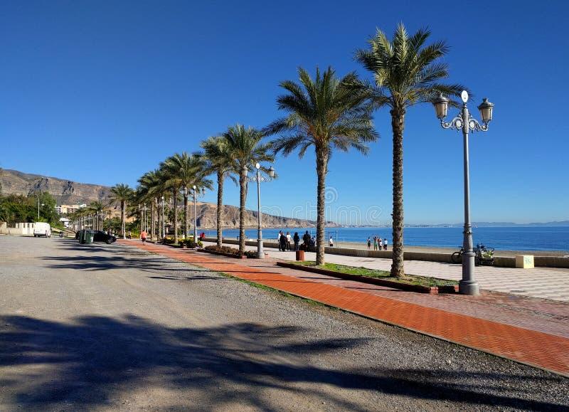 Ludzie chodzi wzdłuż nadbrzeże deptaka Aguadulce Hiszpania fotografia royalty free