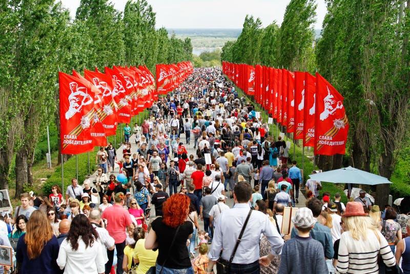 Ludzie chodzi wzdłuż pasa ruchu na zwycięstwo dniu na Mamaev wzgórzu w Volgograd obrazy stock