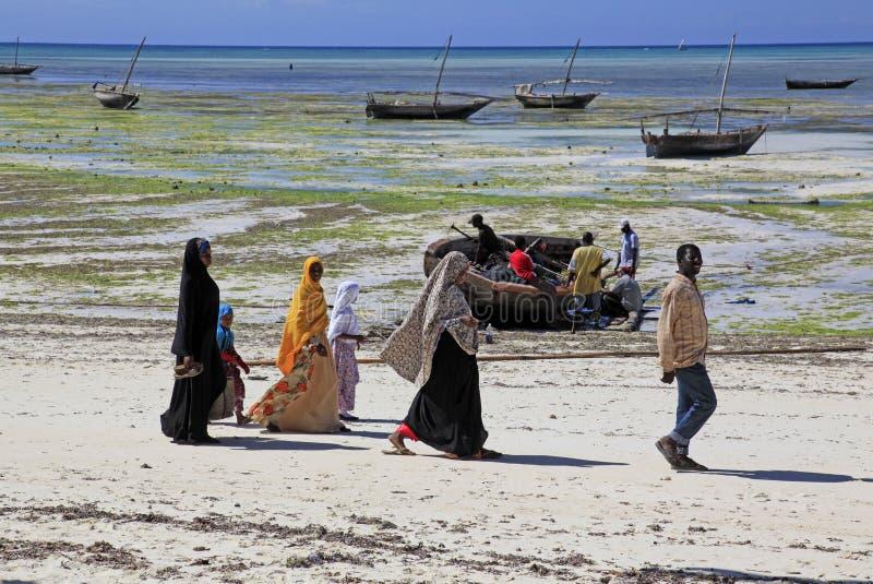 Ludzie chodzi wzdłuż plaży, Nungwi, Zanzibar, Tanzania obraz stock