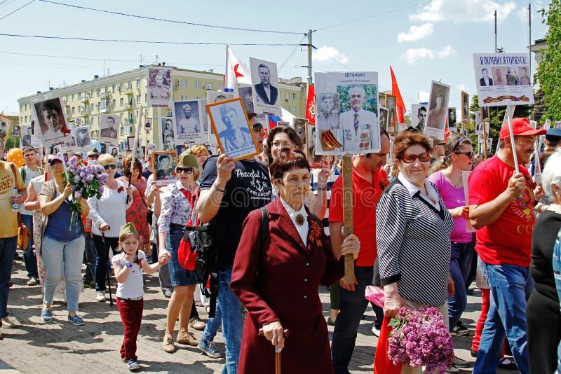 Ludzie chwytów portretów ich krewni w akci ` pułku Nieśmiertelnym ` na zwycięstwo dniu w Volgograd obrazy royalty free