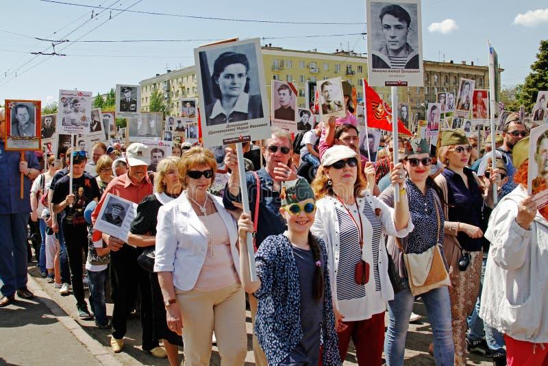 Ludzie chwytów portretów ich krewni w akci ` pułku Nieśmiertelnym ` na zwycięstwo dniu w Volgograd obraz stock