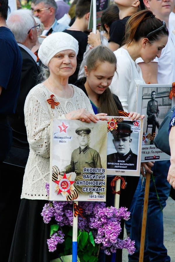 Ludzie chwytów portretów ich krewni w akci ` pułku Nieśmiertelnym ` na zwycięstwo dniu w Volgograd fotografia stock