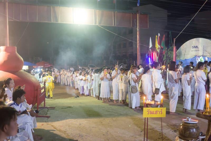 Ludzie chwyt świeczki ono modlić się dla boga przy kapiszonu Trang świątynią podczas jarskiego festiwalu obraz stock