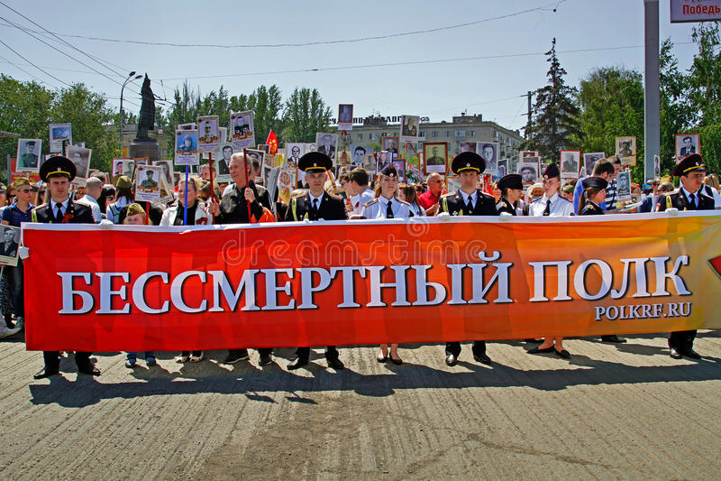 Ludzie chwyta sztandaru Nieśmiertelny pułk i portrety ich krewni na zwycięstwo dniu w Volgograd fotografia royalty free