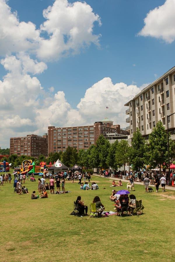 Ludzie Cieszą się Activites W parku Przy Plenerowym Atlanta festiwalem obrazy royalty free