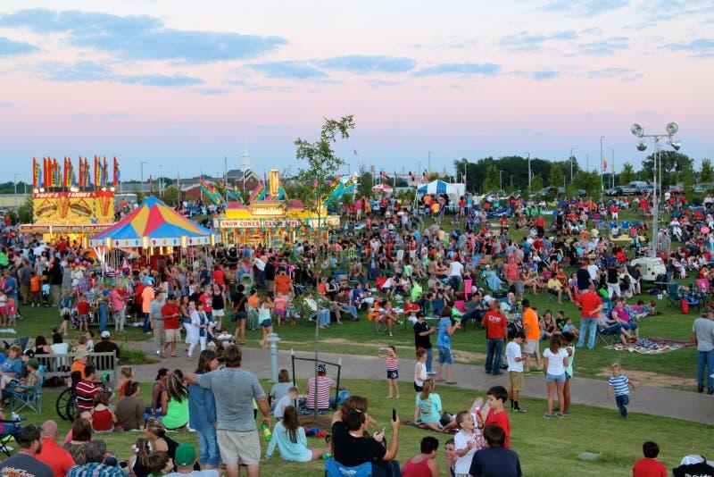 Ludzie Cieszą się czwarty Lipiec przy odkrycie parkiem Ameryka, Zrzeszeniowy miasto Tennessee zdjęcie royalty free