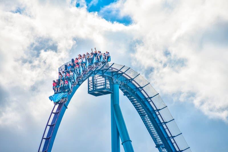 Ludzie cieszą się dreszcze dla przejażdżki Mako kolejka górska w parku rozrywkim przy Seaworld w zawody międzynarodowi przejażdżk zdjęcie royalty free