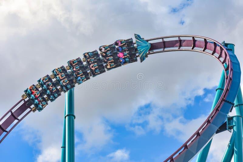 Ludzie cieszą się dreszcze dla przejażdżki Mako kolejka górska w parku rozrywkim przy Seaworld w zawody międzynarodowi przejażdżk obraz stock