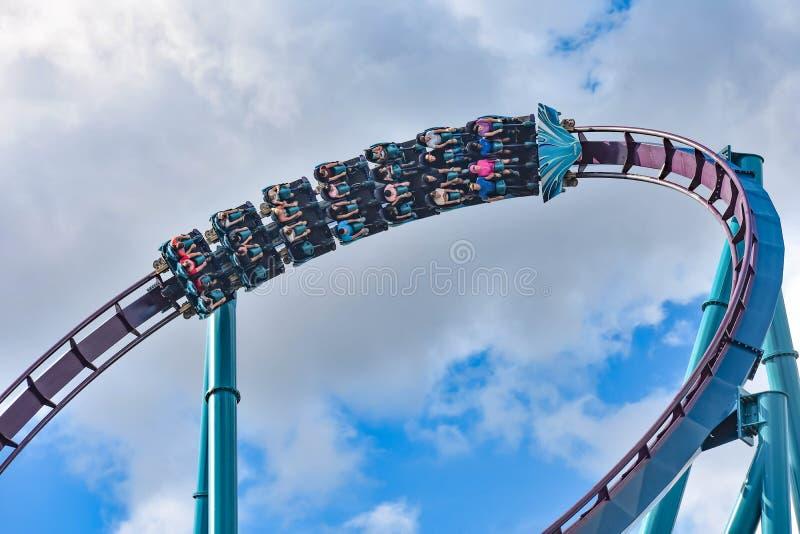Ludzie cieszą się dreszcze dla przejażdżki Mako kolejka górska w parku rozrywkim przy Seaworld w zawody międzynarodowi przejażdżk zdjęcie stock