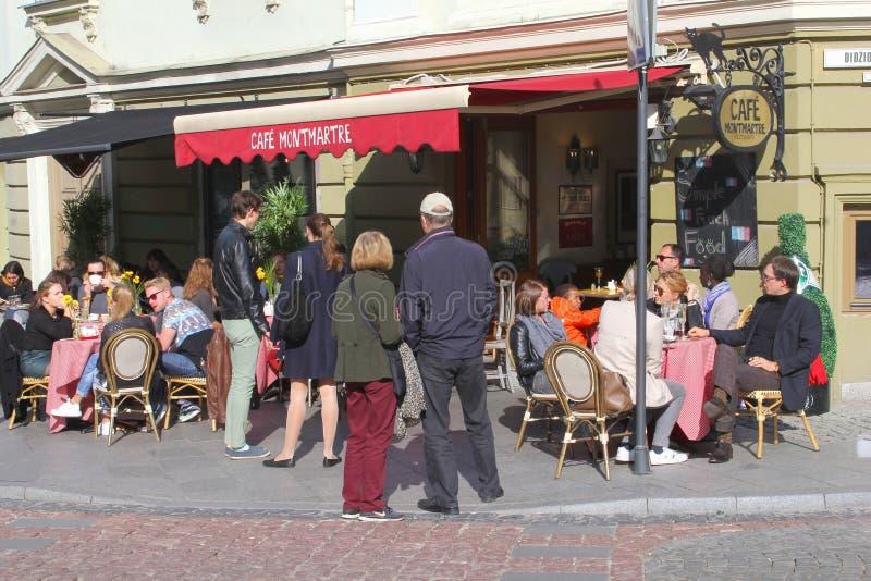Ludzie cieszą się i relaksują przy pogodnym kawiarnia tarasem w Starym miasteczku Vilnius, Lithuania fotografia royalty free