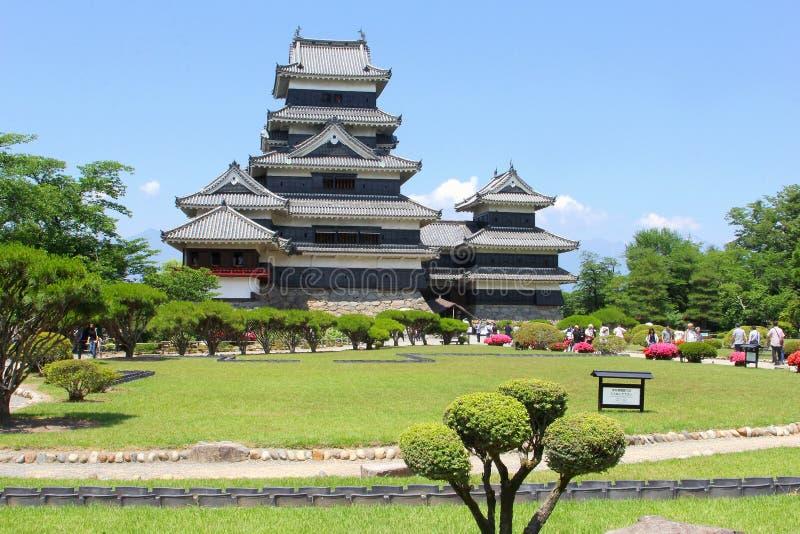 Ludzie cieszą się Japońskich ogródów wrony antycznego kasztel, Matsumoto, Japonia obrazy royalty free