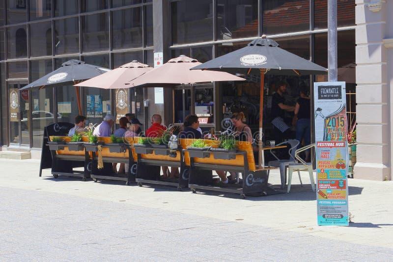Ludzie cieszą się jedzenie i napoje przy kawiarnią tarasują w Freemantle, zachodnia australia obrazy stock