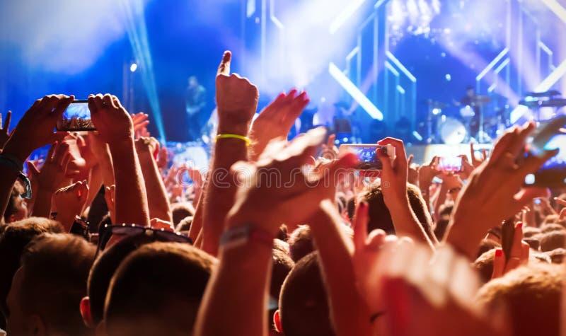 Ludzie cieszą się koncert przy festiwalem obraz stock