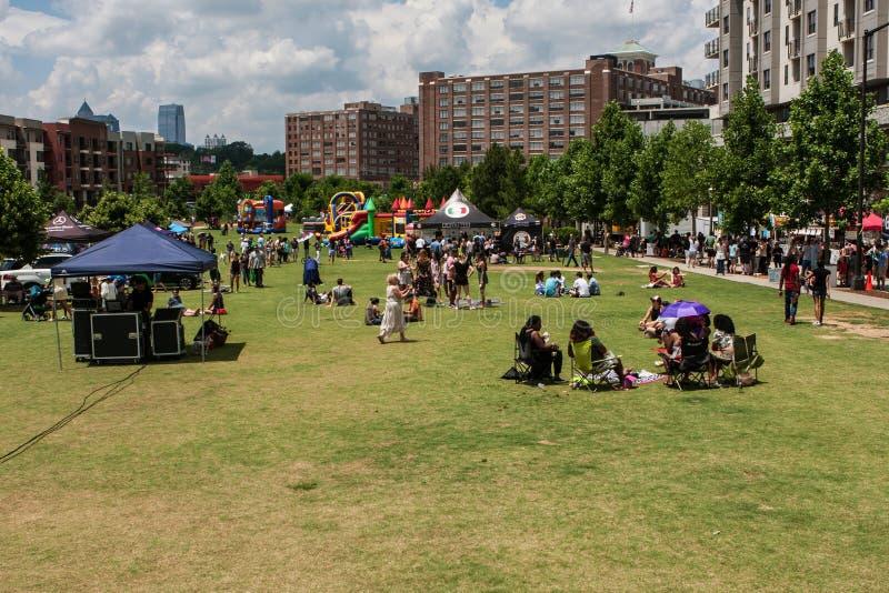 Ludzie Cieszą się Plenerowego Activites W parku Przy Atlanta festiwalem obrazy stock
