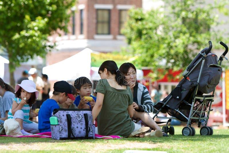 Ludzie Cieszą się Pyknicznego Lunch Przy Plenerowym Festiwalem fotografia royalty free