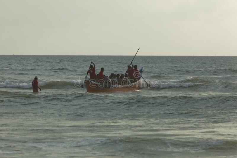 Ludzie cieszy się łódkowatego joyride na Panambar plaży, Październik 02,2011, Mangalore, Karnataka, India zdjęcie royalty free