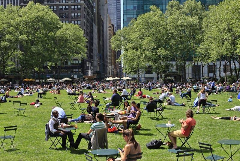 Ludzie cieszy się ładnego dzień w Bryant parku obrazy stock
