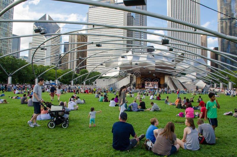 Ludzie cieszy się żywego koncert przy miasto parkiem obrazy royalty free