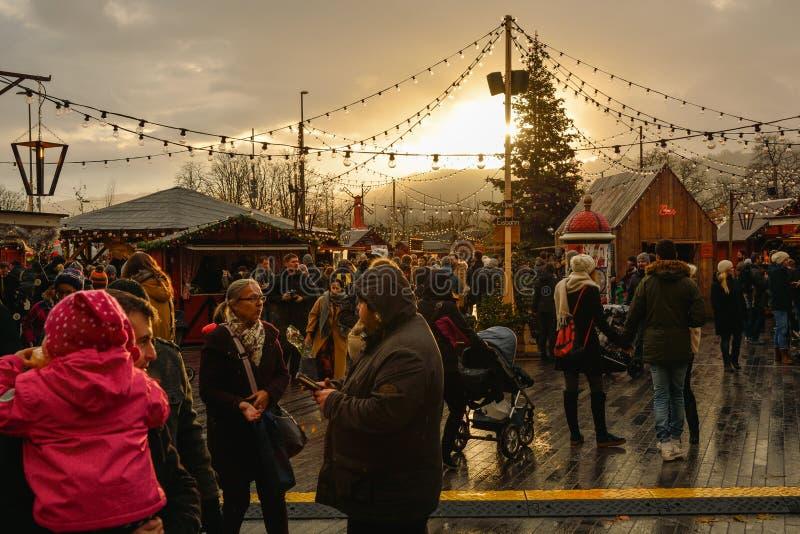 Ludzie cieszy się boże narodzenie atmosferę na bożych narodzeniach wprowadzać na rynek w Zuri obraz royalty free