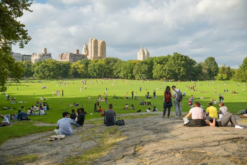 Ludzie cieszy si? czas wolnego relaksuje w Baraniej ??ce w Centra parku, Miasto Nowy Jork zdjęcia stock