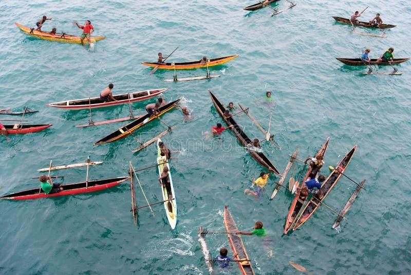 Ludzie cieszy się deszcz w czółnach na Pacyficznym oceanie obraz stock