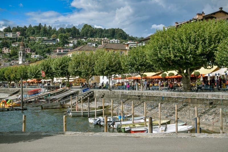 Ludzie cieszy się dzień blisko jeziora w Ascona, Szwajcaria fotografia royalty free