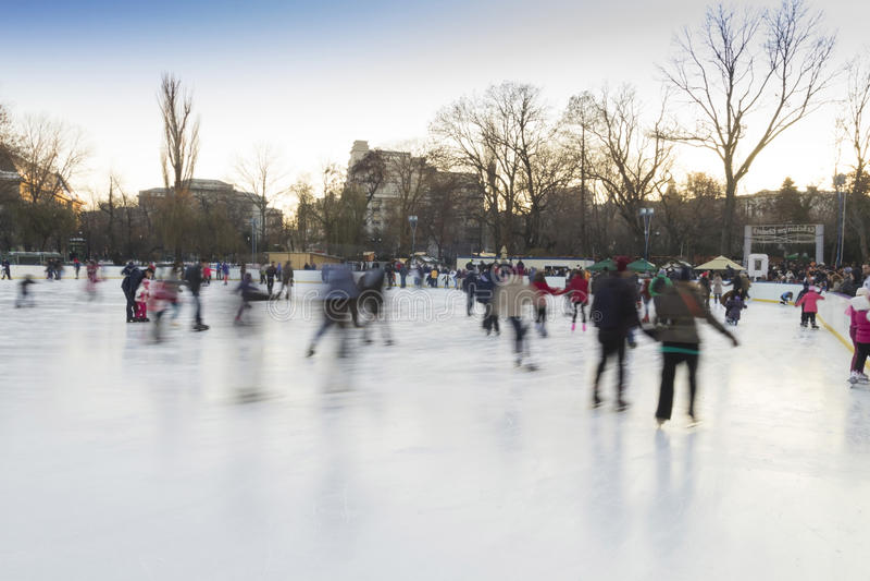 Ludzie cieszy się jazda na łyżwach lodowisko obraz stock