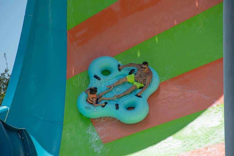 Ludzie cieszy się Kare Kare kędzioru wody przyciąganie przy Aquatica 4 zdjęcia stock
