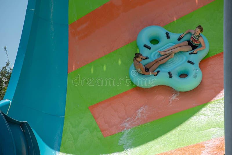 Ludzie cieszy się Kare Kare kędzioru wody przyciąganie przy Aquatica 9 zdjęcie stock