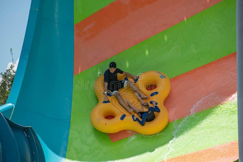 Ludzie cieszy się Kare Kare kędzioru wody przyciąganie przy Aquatica 12 zdjęcia stock