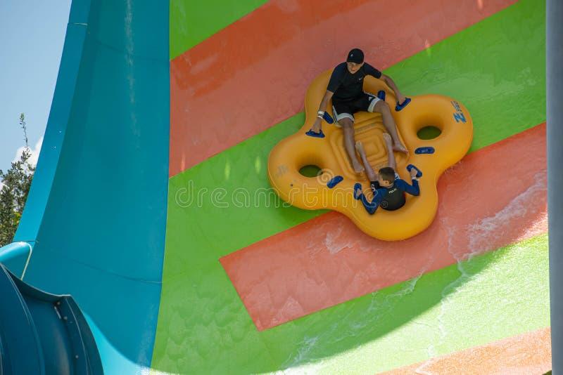 Ludzie cieszy się Kare Kare kędzioru wody przyciąganie przy Aquatica 11 obraz royalty free