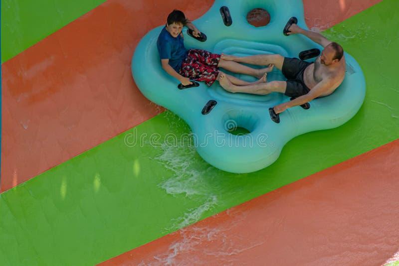 Ludzie cieszy się Kare Kare kędzioru wody przyciąganie przy Aquatica 14 fotografia stock