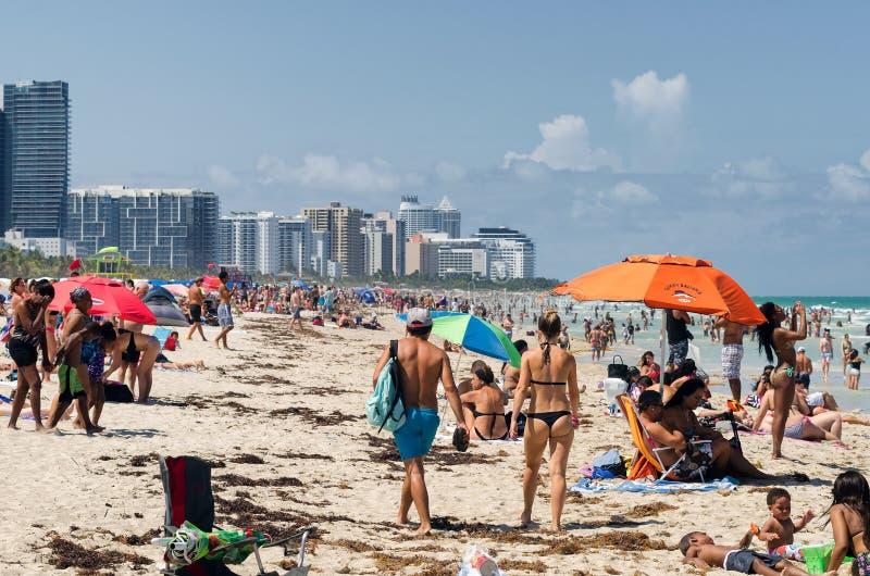 Ludzie cieszy się plażę przy południowym Miami obraz stock
