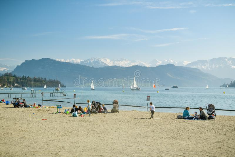 Ludzie cieszy się pogodną pogodę w Lido w Luzern obrazy royalty free