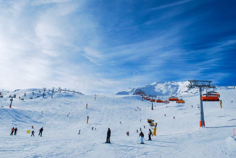 Ludzie cieszy się pogodnego narciarskiego dzień Solden Austria obrazy stock